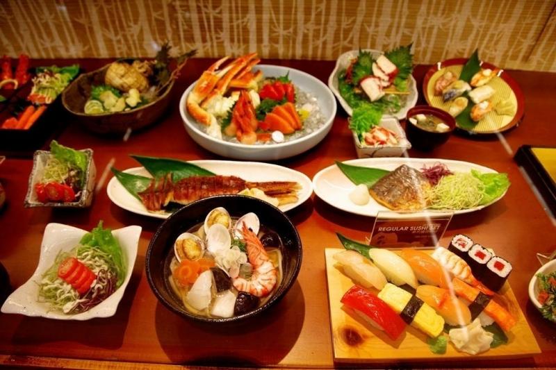 Sushi và các món ăn khác tại nhà hàng