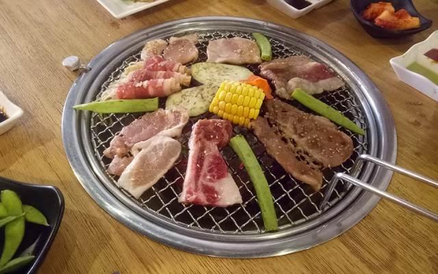 Những loại hải sản, thịt, rau củ được nướng trên vỉ