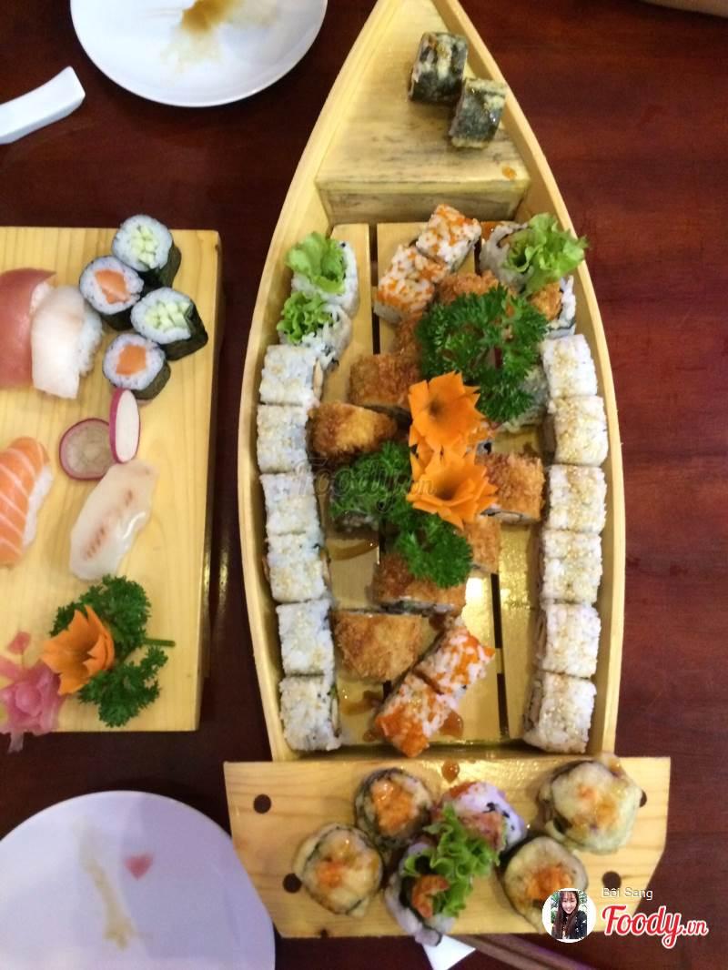 Sushi của Sushi Sakura gây ấn tượng vì được bày trí trên một chiếc thuyền gỗ đẹp mắt và tinh tế thay vì trên đĩa như thông thường