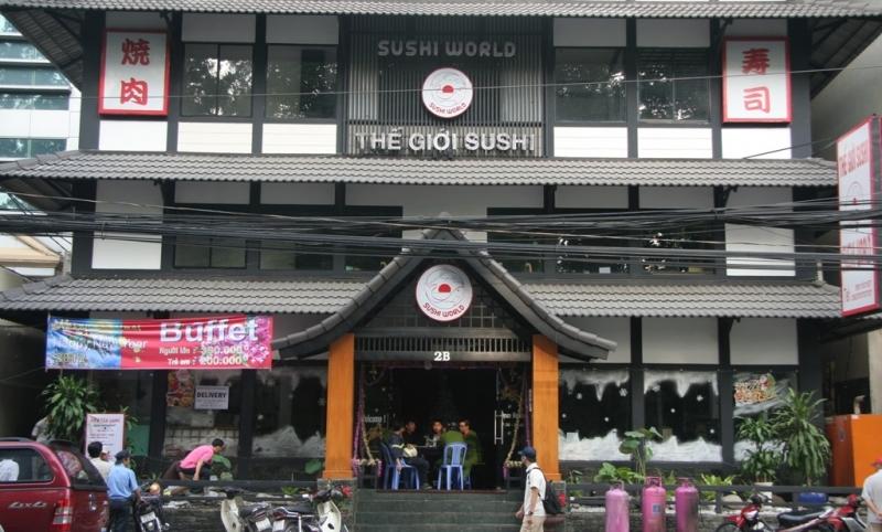 Không thể nhầm lẫn vào đâu với thiết kế nhà hàng như một tòa thành cổ Nhật Bản giữa lòng Sài Gòn
