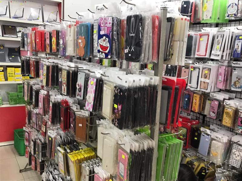 Hàng loạt ốp lưng được bày bán tại SV Shop