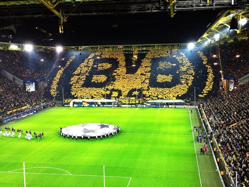 Các CĐV xếp chữ cổ động các cầu thủ Dortmund