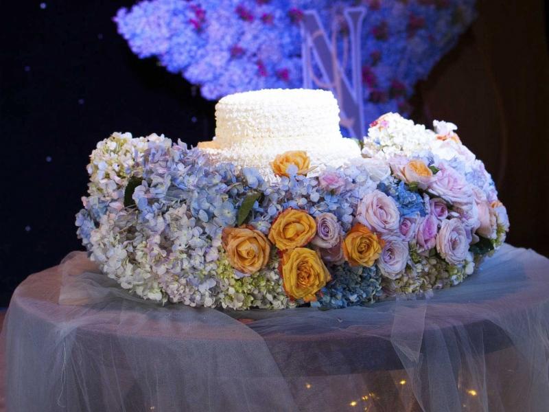 Chiếc bánh sinh nhật trang trí viền hoa độc đáo
