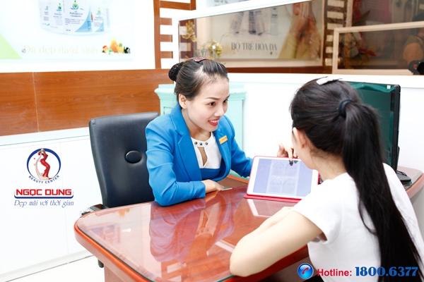 Chuyên gia của TMV Ngọc Dung tư vấn cho khách hàng về quy trình triệt lông
