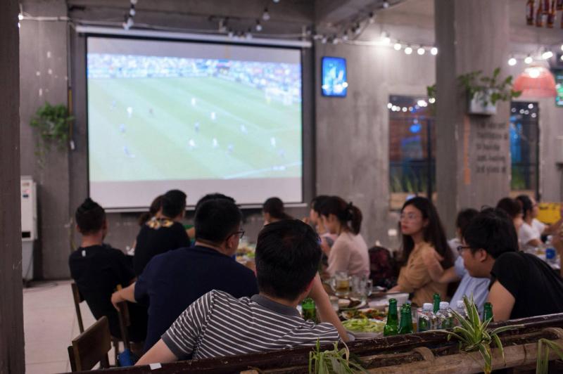 Nhà hàng T+Beer thường xuyên truyền hình trực tiếp các trận bóng phục vụ thực khách