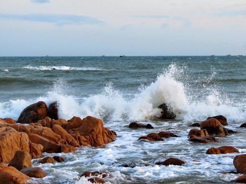 Tại sao nước biển có màu xanh mà sóng biển lại có màu trắng?