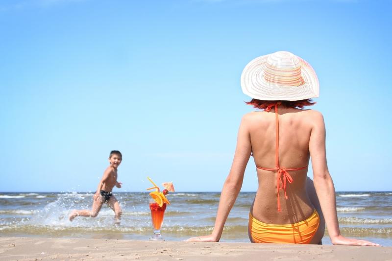 Thời gian lý tưởng để tắm nắng là từ 6 giờ sáng đến trước 9 giờ sáng, trong khoảng thời gian này, ánh nắng dịu nhẹ và thường không chứa nhiều tia UV