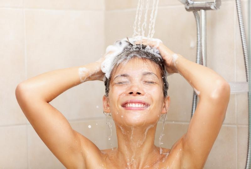 Tắm nước ấm sẽ giúp bạn dễ đi vào giấc ngủ hơn.