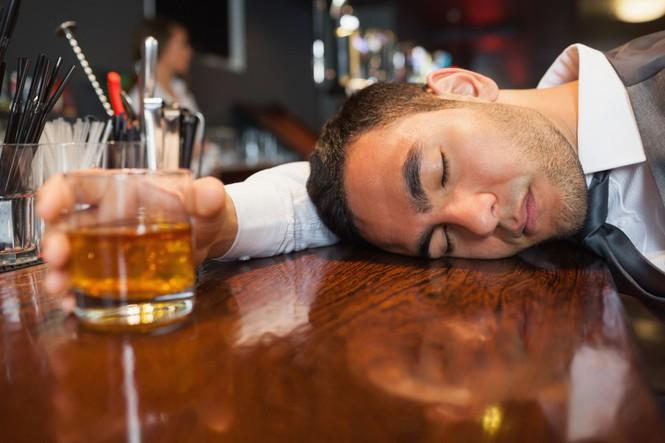 Tắm sau khi uống rượu, bia