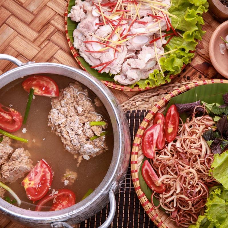 Lẩu riêu tại Tân Lương Sơn có hương vị thơm ngon, mùi cua dậy lên, nước dùng ngọt lịm
