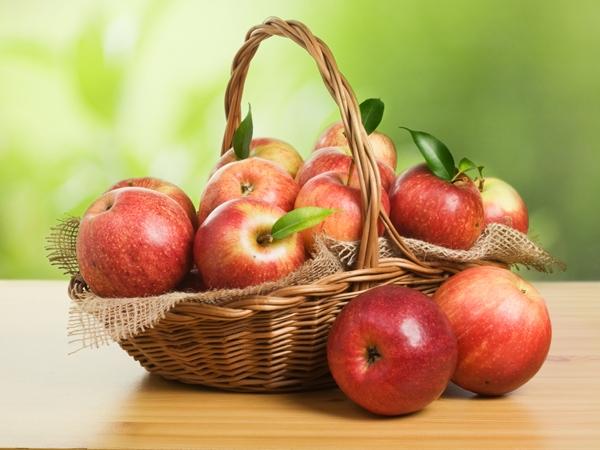 Bên cạnh việc làm giảm quầng thâm trên mắt, táo còn có công dụng dưỡng da rất tốt.