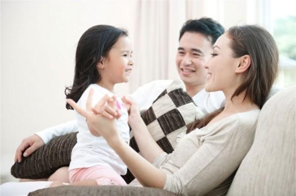 Cha mẹ nên tạo hứng thú cho con bằng những cuộc trò chuyện.