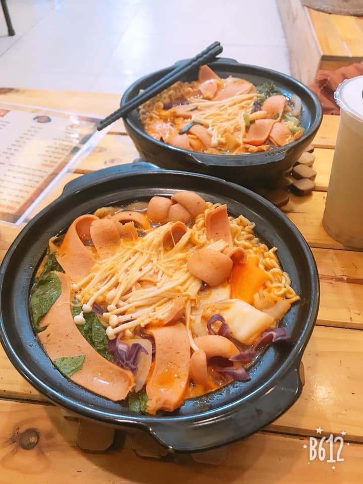 Quán thu hút khách hàng với các loại thức uống thơm ngon cùng đa dạng các món ăn vặt, đặc biệt là món mì cay.