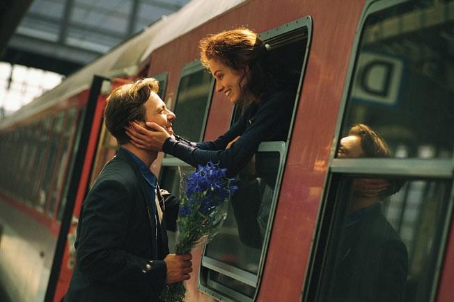 Những cuộc gặp gỡ bất ngờ là một trong những bí quyết để hâm nóng tình yêu