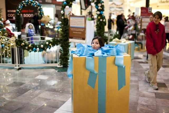 Cầu hôn bằng hộp quà có chính bạn trong đó sẽ khiến cô ấy rất bất ngờ