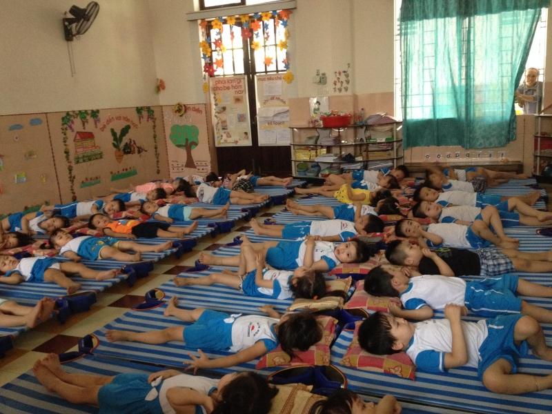 Tập cho trẻ quen với giờ ngủ ở lớp