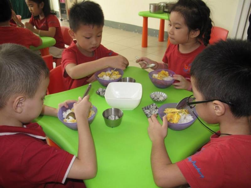Tập cho trẻ quen với nề nếp ăn ở lớp