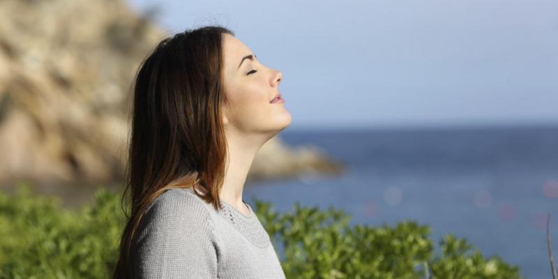 Việc hít thở sâu sẽ giúp giảm nồng độ cortisol trong máu