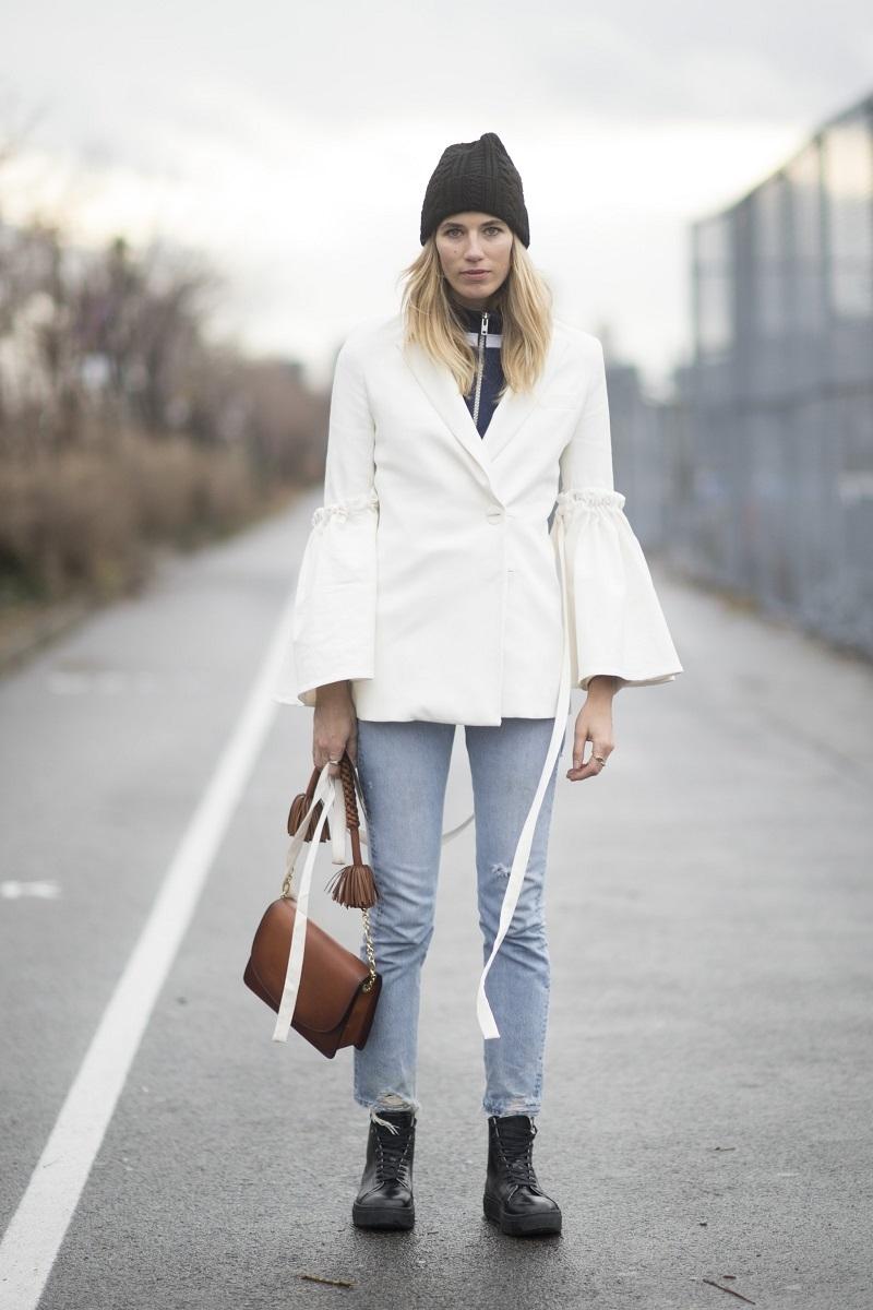 Áo khoác tay chuông cùng với quần jean