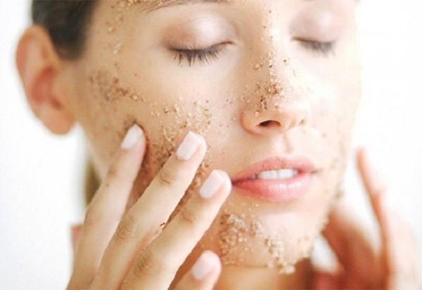 Đắp mặt nạ làm đẹp da bằng hỗn hợp muối biển, nước và mật ong