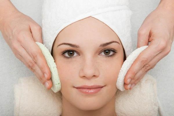 Những cô nàng da dầu nên thực hiện tẩy tế bào chết đều đặn mỗi tuần để giúp loại bỏ những bụi bẩn và dầu thừa.