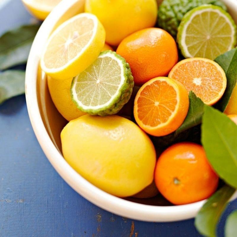 Tẩy tế bào chết cho môi bằng cam hoặc chanh