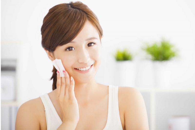 Tẩy trang cho sạch kem phấn trước khi rửa mặt