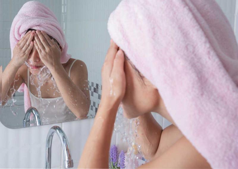 Rửa mặt sạch với sản phẩm chuyên dụng 2 lần/ngày