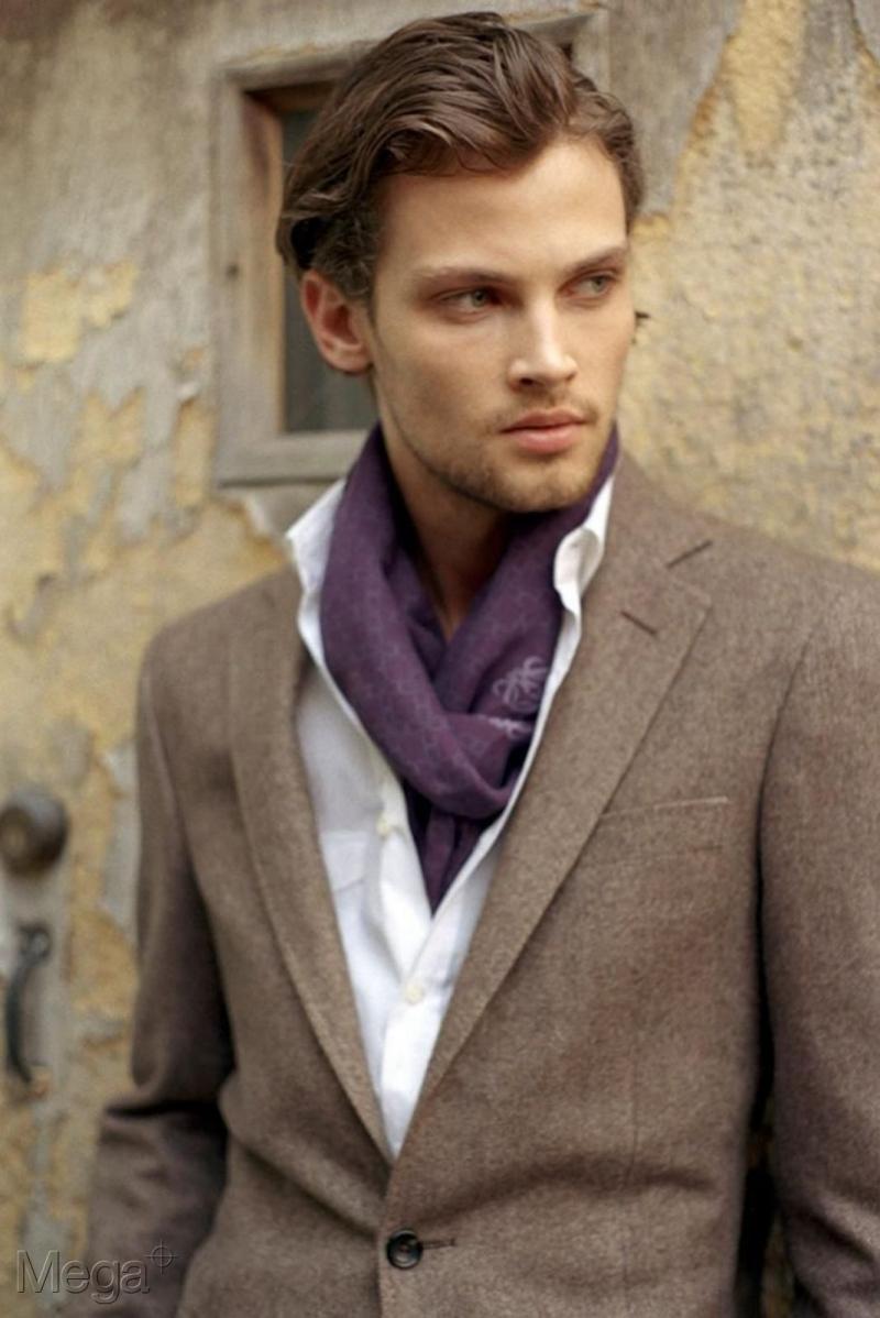 Taylor Fuchs sở hữu vẻ ngoài vô cùng nam tính với khuôn mặt góc cạnh và đôi mắt lạnh lùng.