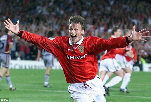 Khoảnh khắc hạnh phúc tột độ của Teddy Sheringham trong trận chung kết C1 năm 1999 cùng với Manchester United