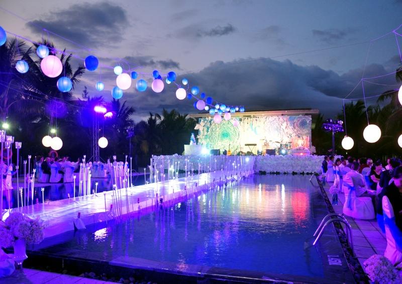 Với không gian bể bơi xanh mát, sang trọng, buổi tiệc cưới sẽ trở nên huyền ảo, đặc biệt hơn khi lưu lại trên những bức hình.