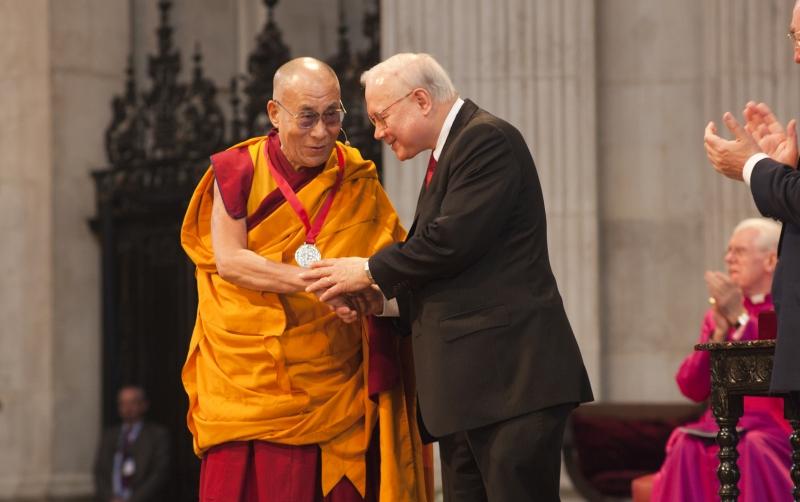 Tenzin Gyatso được trao giải Nobel Hòa bình năm 1989