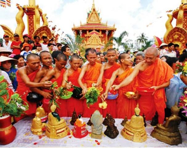 Là tết đón mừng năm mới của đồng bào dân tộc Khmer Nam Bộ