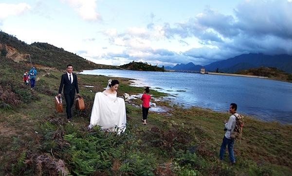 Cô dâu, chú rể tất bật cho bộ ảnh cưới cửa mình bên bờ hồ thác Bạc