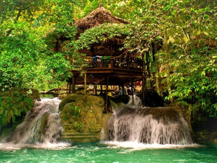 Những ngôi nhà mái lợp nằm trên thác Badian