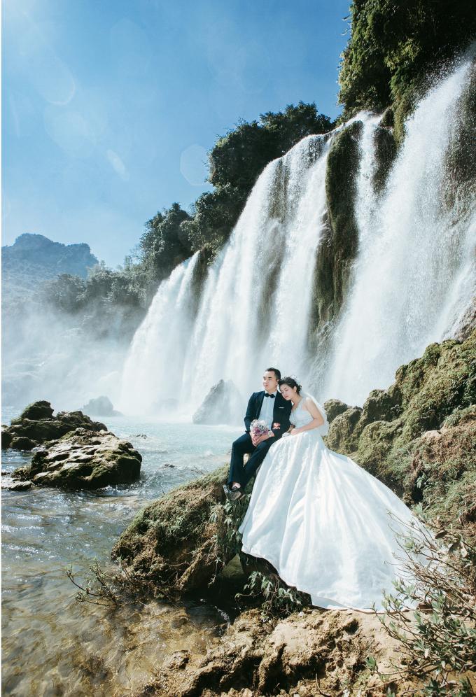 Thác Bản Giốc là địa điểm mà cặp đôi thực hiện để ghi lại những khoảnh khắc hạnh phúc trong tình yêu. Cao Bằng lúc nào cũng vậy, sự dữ dội, hùng vĩ luôn đan xen với nét thơ mộng, hiền hòa.