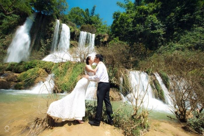 Ảnh cưới tại thác dải yếm sẽ càng tô thêm sự mặn nồng cho đôi lứa