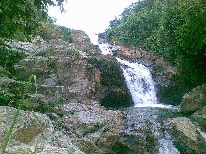 Thác Khuôn Tát còn có tên là thác Bảy Tầng vì thác có đến 7 tầng, ngày đêm tuôn chảy tung bọt trắng xóa