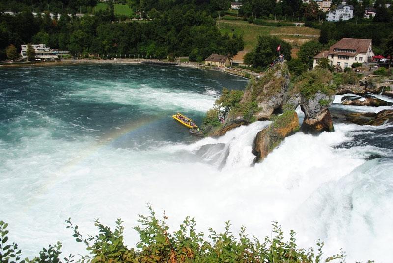 Vào mùa hè, phương thức du lịch tiện lợi nhất là một tour du lịch trên thuyền dọc sông Rhine