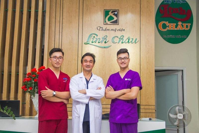 Thạc sĩ Bác sĩ Huỳnh Thái Sơn (người đứng giữa)