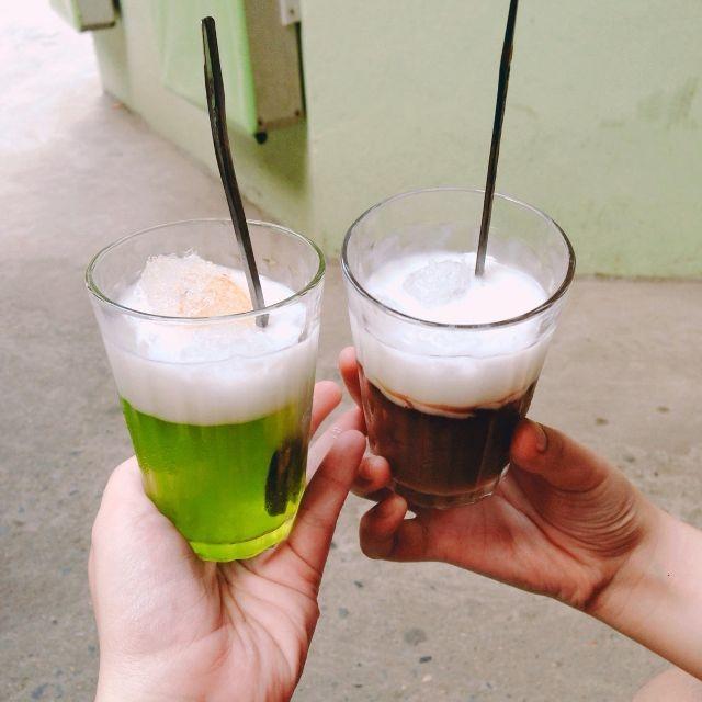 Bên trên mỗi cốc đều có nước cốt dừa, sánh, ngon và rất thanh mát