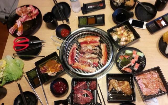 Bàn nướng với rất nhiều thịt, hải sản tươi ngon