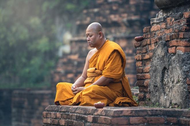 Ở Thái Lan, các nhà sư là một trong những tầng lớp được kính trọng nhất, đó là lý do tại sao việc đứng phía trên hoặc đứng ở vị trí cao hơn họ đều bị nghiêm cấm.