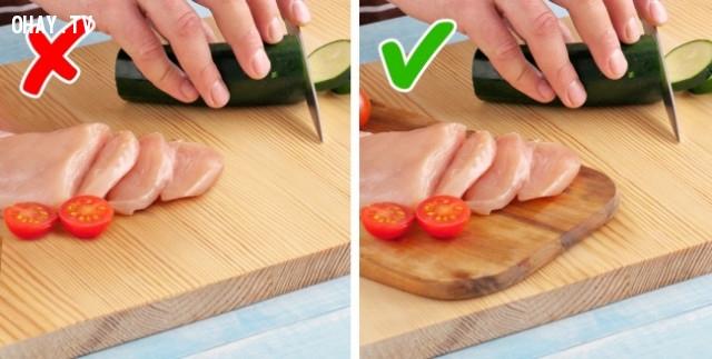 Sơ chế thịt cá- rau trên 2 thớt khác nhau