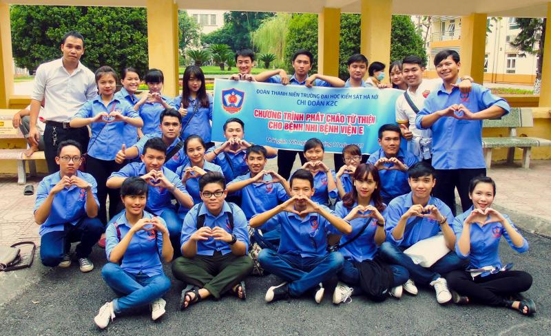 Sinh viên Kiểm sát trong màu áo xanh tình nguyện
