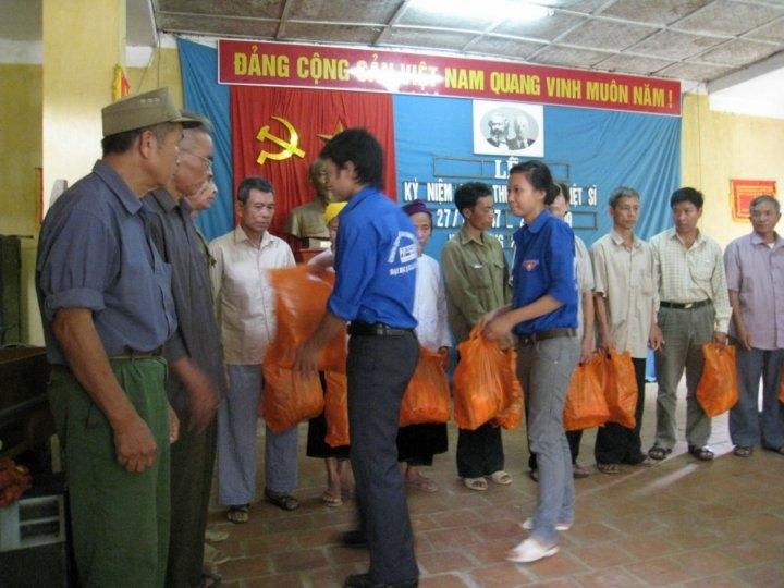 Thanh niên tình nguyện trao quà cho các gia đình chính sách