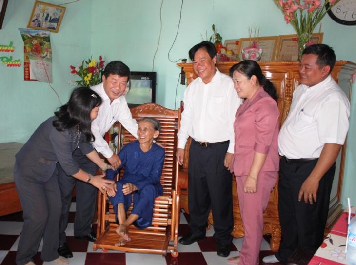 Lãnh đạo địa phương đến thăm hỏi và tặng quà cho gia đình chính sách