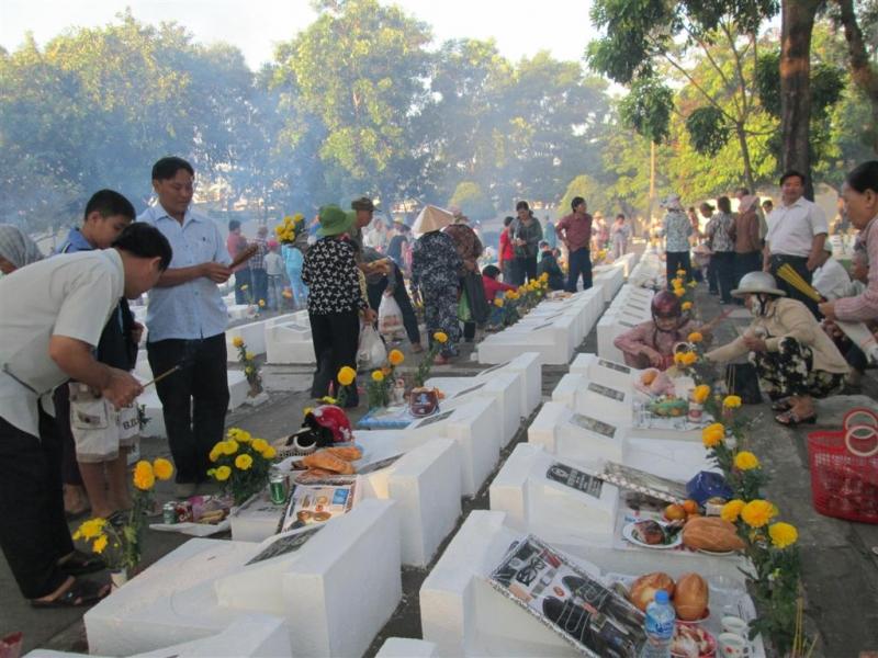 Thăm mộ tổ tiên vào cuối tháng Chạp
