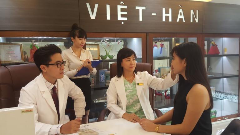 Khách hàng được bác sĩ Việt Hàn thăm khám
