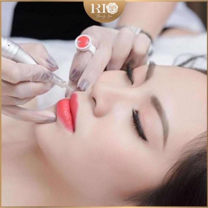 Khách hàng thực hiện phun xăm mày và môi tại Rio Beauty Clinic